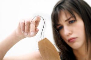 Почему выпадают волосы на голове у женщин, что делать