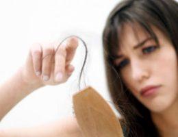 Миниатюра к статье Почему выпадают волосы на голове у женщин и как с этим бороться
